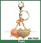 """An arrow to wear heart"" design alloy crystal keychain"