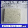 Quartz stone with glass grains